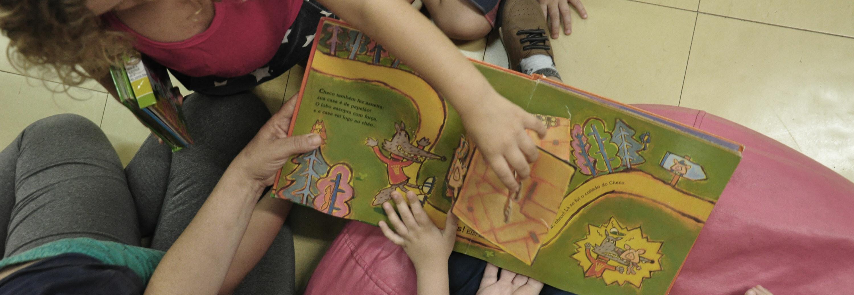 Leitura de um livro para um grupo de crianças na biblioteca