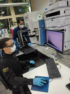 Equipe de pesquisadores no laboratório do LaCEM