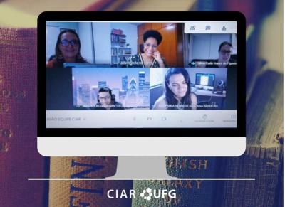 Montagem com títulos de livros ao fundo é sobreposta por captura de imagem que mostra pessoas em reunião virtual