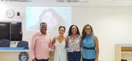 Foto da Banca de Defesa de Mestrado da aluna Monalisa Nanaina da Silva, que contou com a Participação da Professora Dra. Natália Del Ângelo Aredes, por Web Conferência. A Professora em questão é a do telão.