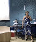 Professora Sheila em pé apresentando trabalho  no 1º Seminário Regional de Sífilis - UFPI.