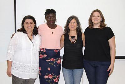 Foto de 4 Professoras uma ao lado da outra.