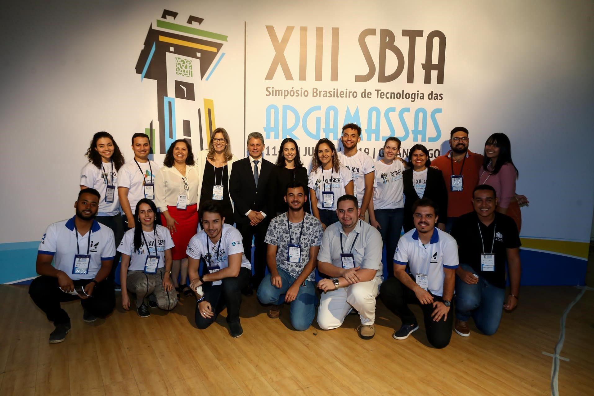 Comitê organizador e colaboradores (alunos e técnicos da UFG) durante o evento.