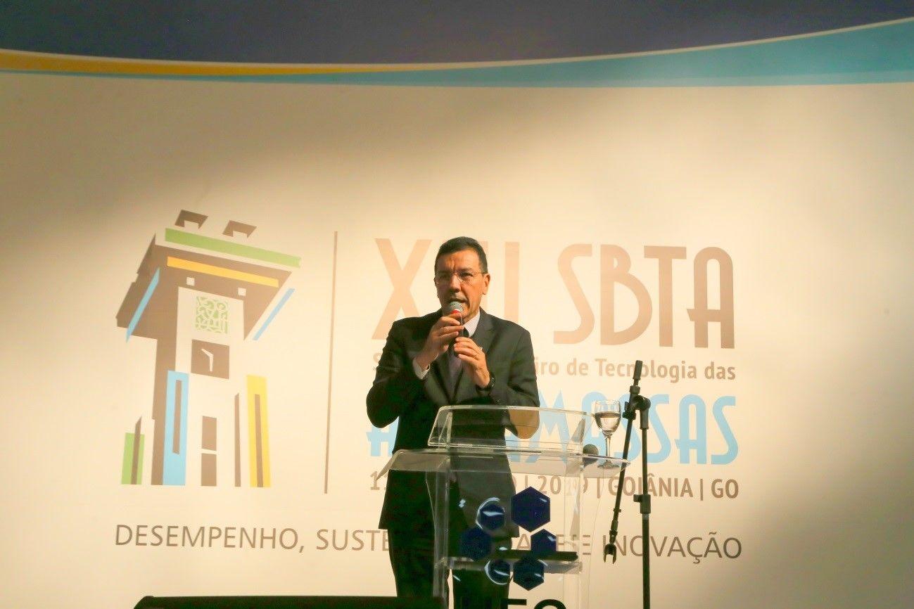 Registro da presença do Reitor da UFG Edward Madureira na cerimônia de abertura do evento