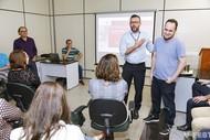 Leonardo Ribeiro, um dos responsáveis pela implementação dos novos temas é cumprimentado pelo trabalho realizado