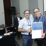 Professor Iwens Gervasio Sene Júnior, presidente da Metrogyn, recebe certificado