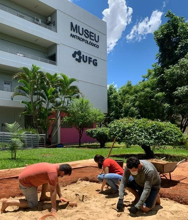 Equipe do Laboratório de Arqueologia finalizando o sítio escola do módulo  Jardim das Descobertas