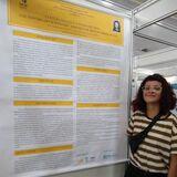 Maria Angélica Soares, estudante de Licenciatura em Artes Visuais, com poster exposto no 16º Conpeex da UFG.