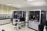 Bruker D8 Discover Unidade 1: Difração de Raios X pelo método do pó, configuração θ-2θ alta resolução (radiação monocromática, tubo de Cu, detector linear, amostrador automático com capacidade para 90 amostras Kα1).   Bruker D8 Discover Unidade 2: Difração de pó, filmes e bulk, configuração θ-θ, óptica paralela ou geometria Bragg-Brentano (duas fontes de radiação Cu e Co, microdifração, câmara de temperatura (-180 a 1400°C) e atmosfera modificada/controlada (N2, vácuo, ar sintético), detector pontual e detector 2D. )