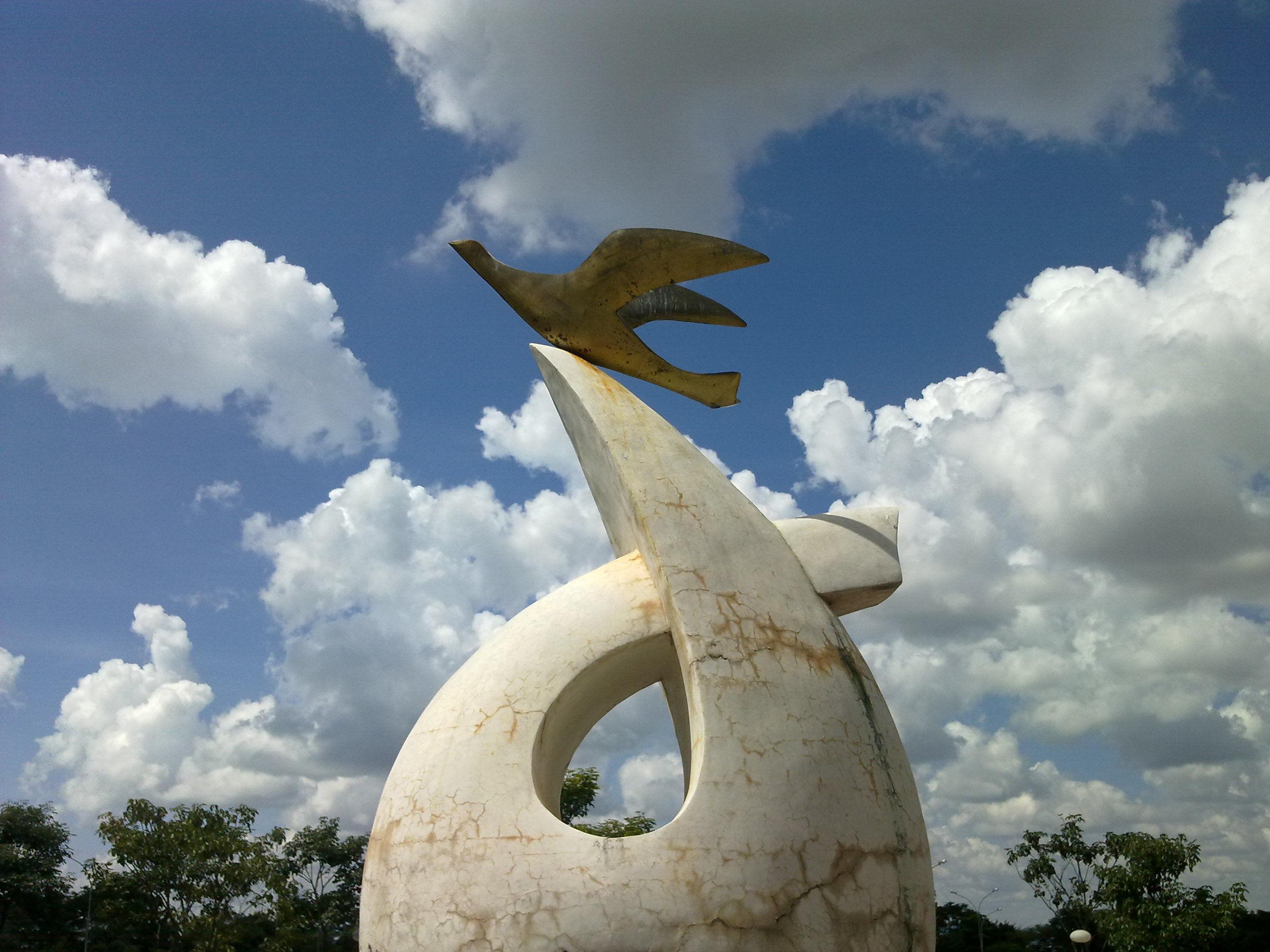 Novos Horizontes - Escultura em Frente ao prédio da Reitoria da UFG