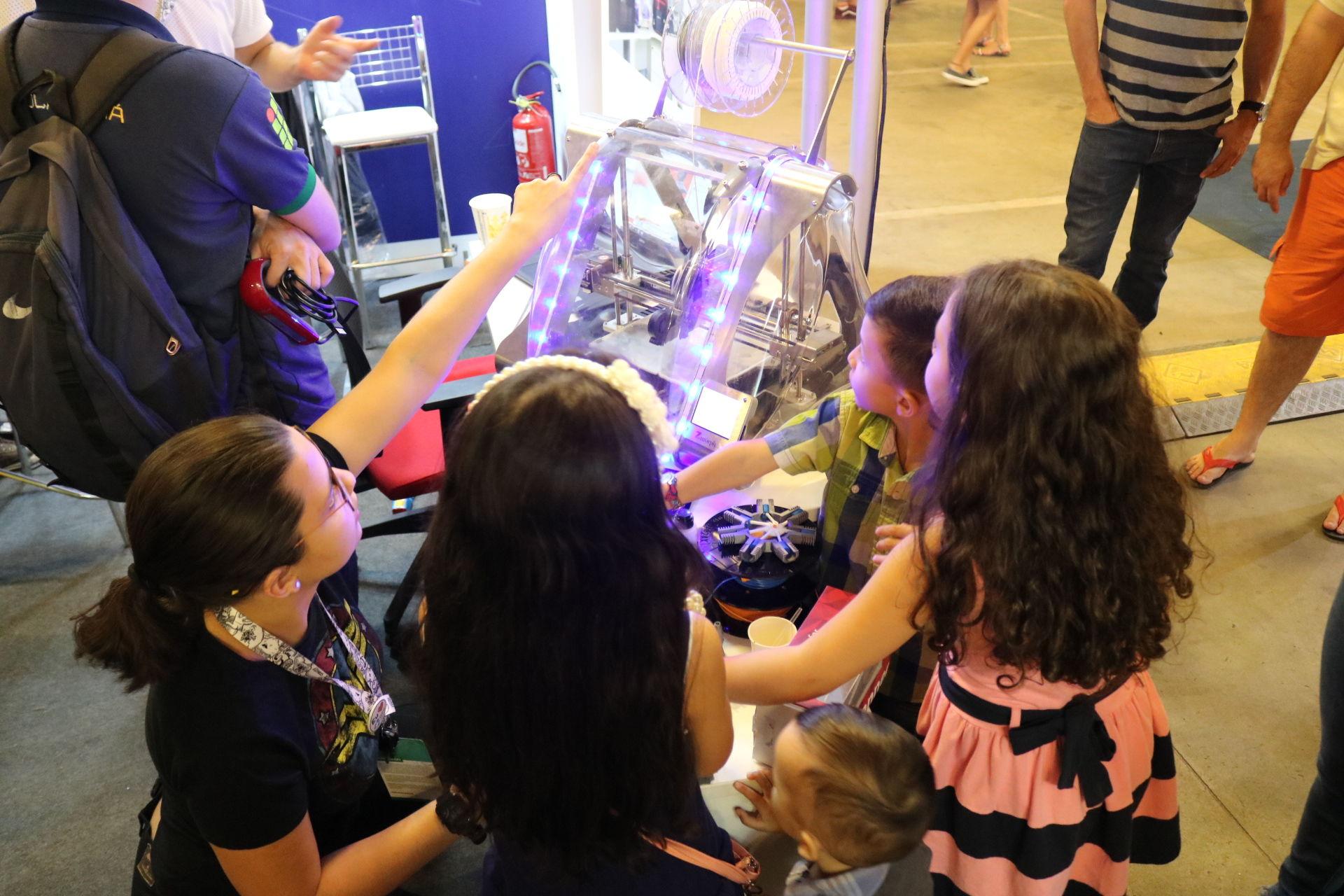 Crianças no stand da UFG na Campus Party Goiás