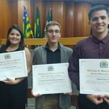 Estudantes EMC com certificados em homenagem na Câmara Municipal de Goiânia.